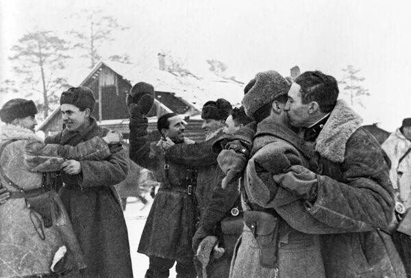 Встреча солдат Красной армии после прорыва блокады Ленинграда - Sputnik Узбекистан