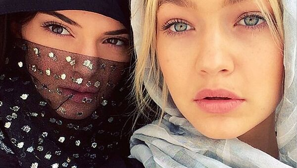 Модели Кендалл Дженнер и Джиджи Хадид в хиджабе в ОАЭ - Sputnik Ўзбекистон