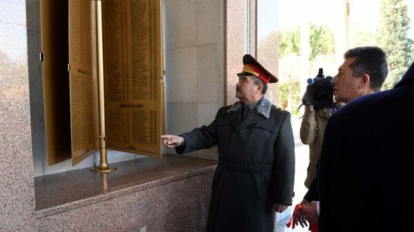 Министр обороны Узбекистана Абдусалом Азизов открывает Книгу памяти погибших в Афганистане узбекистанцев - Sputnik Узбекистан