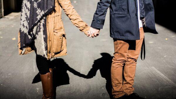 Молодые люди держаться за руку - Sputnik Ўзбекистон