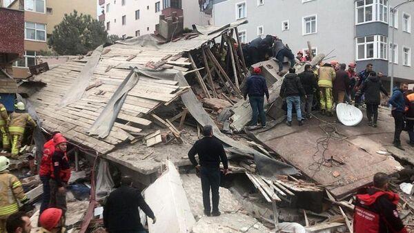 Спасатели разбирают завалы рухнувшего дома в Стамбуле - видео - Sputnik Ўзбекистон