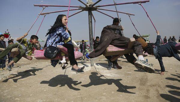 Дети катаются на качелях в Кабуле, Афганистан - Sputnik Ўзбекистон