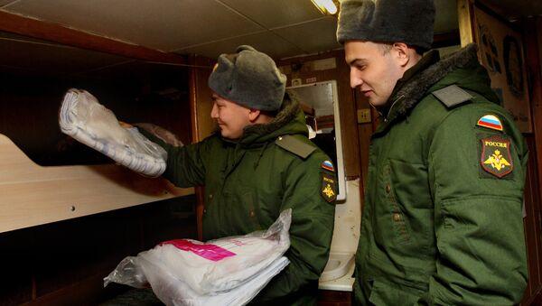 Rossiya armiyasiga yangi olingan soldatlar kema kayutasida joylashmoqda - Sputnik Oʻzbekiston