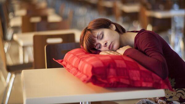 Девушка спит. Иллюстративное фото - Sputnik Ўзбекистон