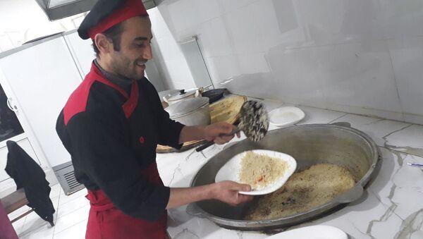 Shef-povar afganskogo restorana v Tashkente Nakibulla Kargar za prigotovleniyem blyud - Sputnik Oʻzbekiston