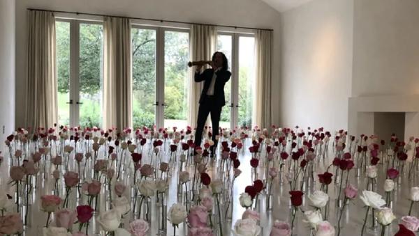 Миллион роз и легенда саксофона в гостиной: как Канье Уэст поздравил Ким Кардашьян - Sputnik Узбекистан