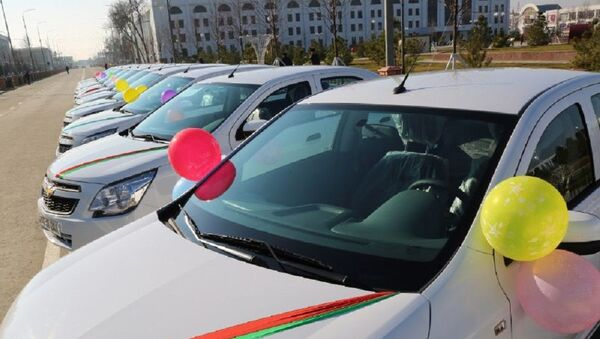Руководителям Народной Приемной Сырдарьинской области подарили служебные машины - Sputnik Ўзбекистон