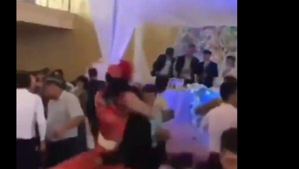 Танцы на выживание: как парень получил от девушки на свадьбе - зрители в шоке - Sputnik Ўзбекистон