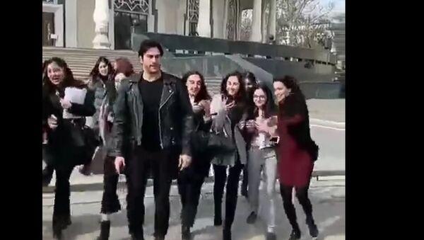 Брутальный турок Бурак сводит с ума девушек, прогуливаясь по Ташкенту - видео - Sputnik Ўзбекистон