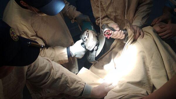 Спасатели Управления по чрезвычайным ситуациям Самаркандской области освободили руку ребенка, застрявшую в электрической мясорубке. - Sputnik Ўзбекистон