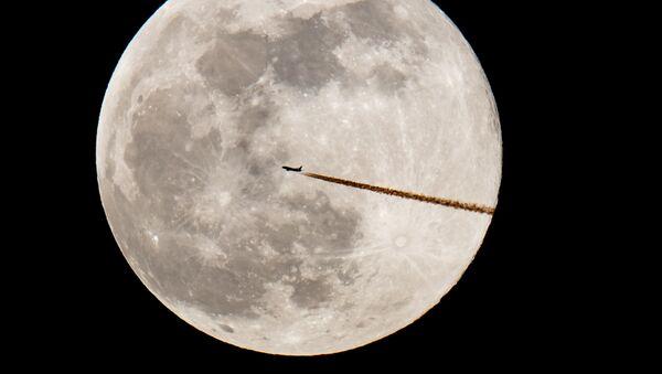 Самолет на фоне полнолуния в Германии  - Sputnik Ўзбекистон