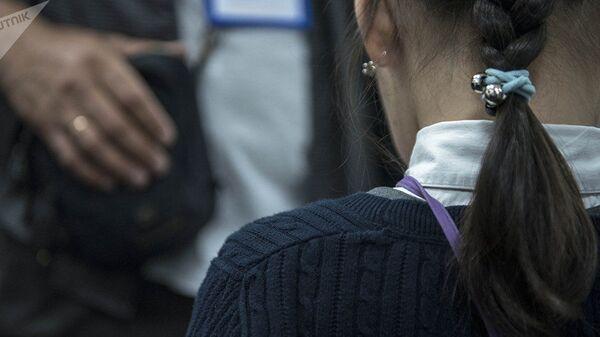 Девочка стоит спиной. Архивное фото - Sputnik Ўзбекистон