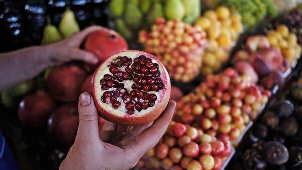 Фрукты и овощи на центральном колхозном рынке в Краснодаре - Sputnik Узбекистан