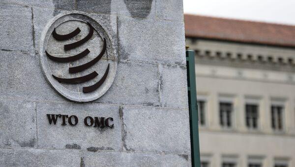 Эмблема Всемирной торговой организации (ВТО) возле здания штаб-квартиры организации в Женеве - Sputnik Узбекистан