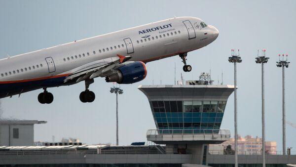 Airbus A321 samolyoti osmonga koʻtarilmoqda - Sputnik Oʻzbekiston