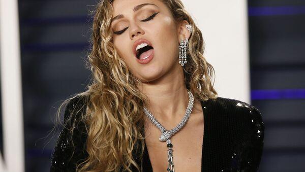 Певица Майли Сайрус на афтепати Vanity Fair церемонии вручения Оскар-2019  - Sputnik Узбекистан