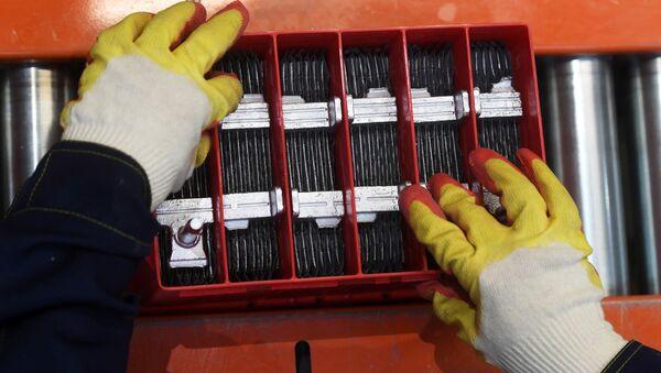 На сборочном участке завода по производству аккумуляторных батарей - Sputnik Узбекистан