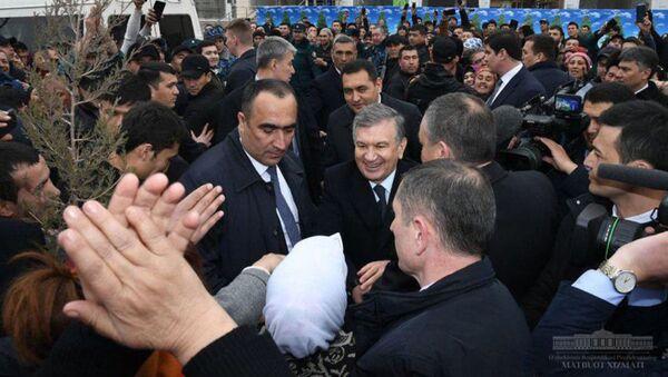 В ходе поездки в Наманганскую область президентский кортеж незапланированно остановился рядом с дехканским рынком Туракурганского района - Sputnik Ўзбекистон