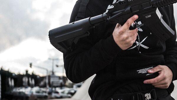 Мужчина с оружием в руках - Sputnik Ўзбекистон