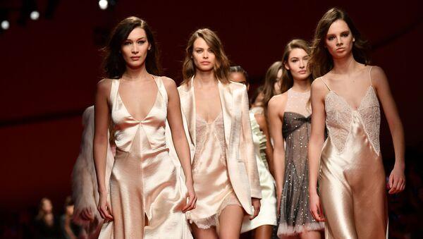 Белла Хадид и другие модели представляют на показе коллекции женской одежды в Милане - Sputnik Узбекистан
