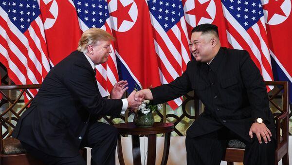 Lider Severnoy Korei Kim Chen Ыn i prezident SSHA Donald Tramp vo vremya vtorogo sammita SSHA-KNDR v Xanoye, Vyetnam - Sputnik Oʻzbekiston