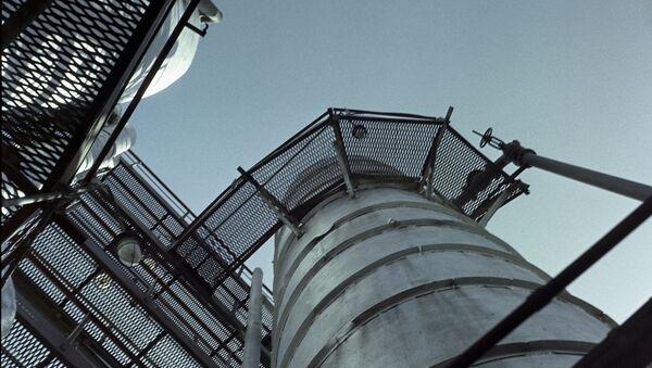 Установка для переработки попутного нефтяного газа на газобензиновом заводе  - Sputnik Узбекистан