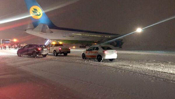Самолет узбекских авиалиний выехал за пределы взлетно-посадочной полосы - Sputnik Узбекистан