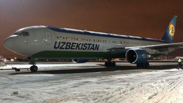Самолет Узебекских авиалиний выкатившийся за пределы полосы в Пулково - Sputnik Узбекистан