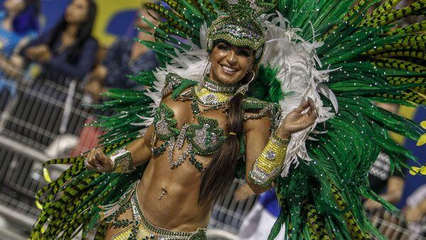 Участница из школы Unidos de Vila Maria на карнавале в Сан-Паулу, Бразилия - Sputnik Узбекистан