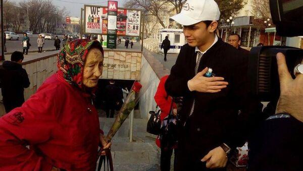 Жительницам Ташкента ручили букеты к празднику - Sputnik Ўзбекистон
