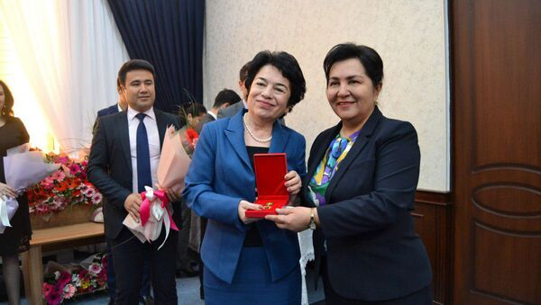 Вручение нагрудного знака Муътабар аёл женщинам, проявившим активность и инициативность в жизни общества и государства - Sputnik Узбекистан