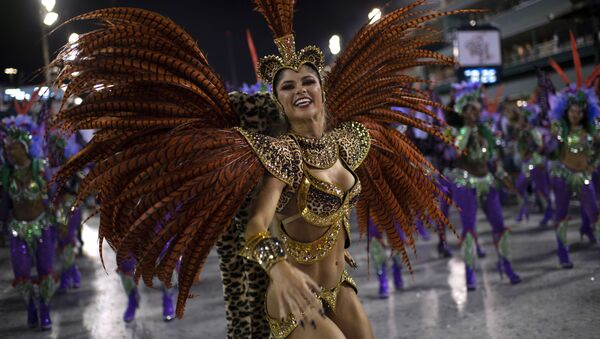 Девушка из школы самбы Grande Rio выступает в первый вечре карнавала в Рио-де-Жанейро, Бразилия - Sputnik Узбекистан