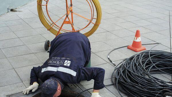 Рабочий прокладывает кабель - Sputnik Узбекистан