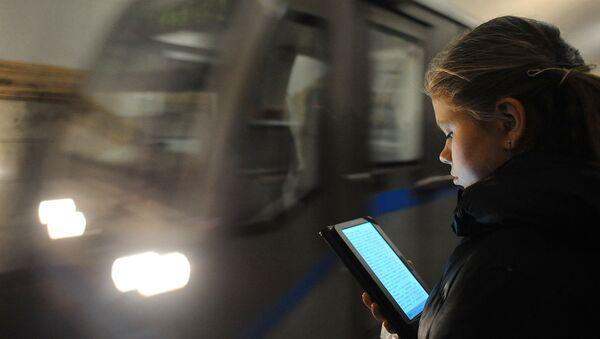 Пассажирка метро пользуется планшетным компьютером - Sputnik Ўзбекистон