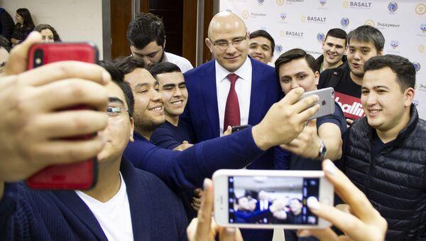 Прославленный борец вольного стиля Артур Таймазов, выступавший за Узбекистан, встретился со студентами МГИМО - Sputnik Ўзбекистон