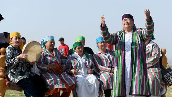 Узбекские женщины в национальных костюмах поют и играют во время турнира по купкари - Sputnik Узбекистан