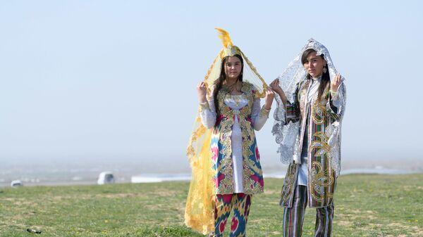 Узбекские девушки в традиционных нарядах невесты на турнире по купкари в Самаркандской области - Sputnik Узбекистан