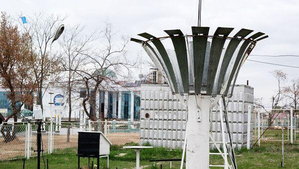По словам сотрудника Узгидромета Светланы Сидоровой, в этом ведре накапливаются осадки. Затем они переливаются в специальный стакан, и таким образом устанавливают, сколько миллилитров выпало в сутки. - Sputnik Узбекистан
