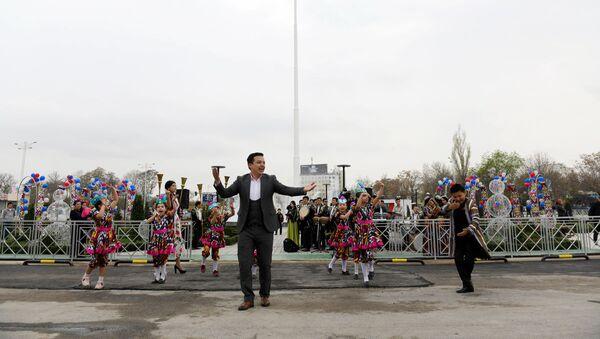 На пересечении улиц Мирзо Улугбека и Махтумкули в Ташкенте установили государственный флаг Узбекистана   - Sputnik Ўзбекистон