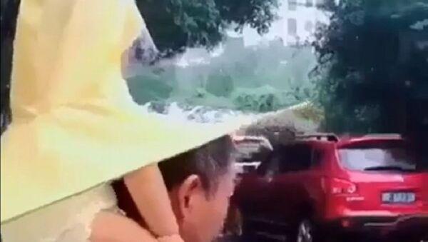 Когда папа рядом, дождик нипочем: удивительное изобретение - Sputnik Узбекистан