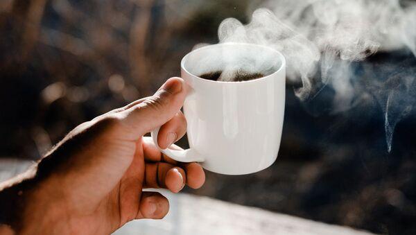 Кружка с горячим чаем в руке мужчины - Sputnik Ўзбекистон