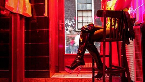 Проститутка, ожидающая клиентов в районе Красных фонарей Амстердама. - Sputnik Ўзбекистон