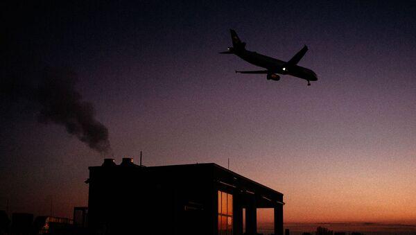 Посадка самолета. Иллюстративное фото - Sputnik Ўзбекистон