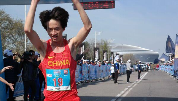 В полумарафоне первым финишировал бегун из Китая Ли Янг - Sputnik Ўзбекистон