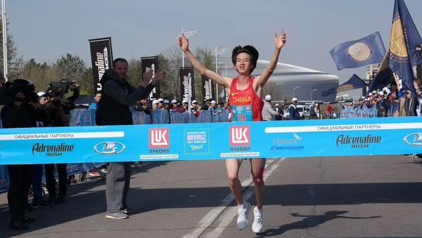 Дистанцию полумарафон (21, 097 км) первым финишировал Ли Янг из КНР - Sputnik Ўзбекистон