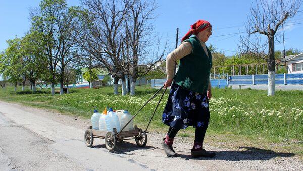 Женщина тащит бутыли с питьевой водой - Sputnik Ўзбекистон