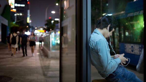 Мужчина слушает музыку - Sputnik Узбекистан