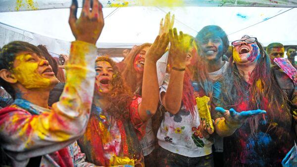 Участники фестиваля красок Холи-Мела в Центре индийской культуры в Москве - Sputnik Ўзбекистон