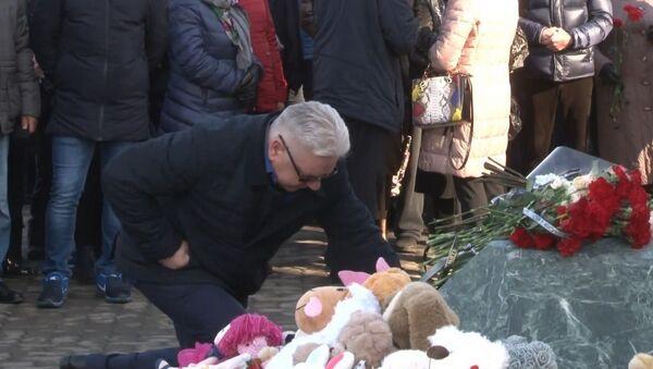 В Кемеровe год спустя вспоминают жертв пожара в ТЦ Зимняя вишня  - Sputnik Узбекистан
