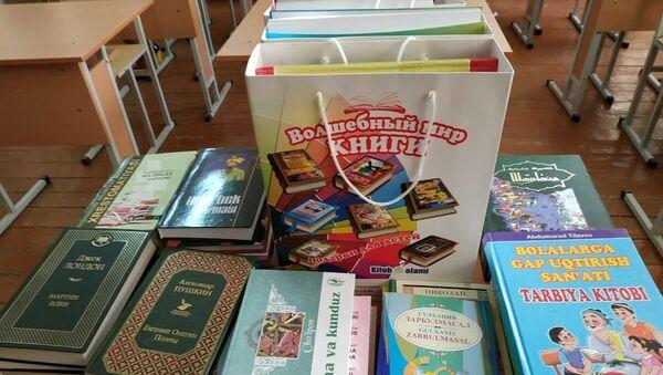 Министр народного образования Узбекистана Шерзод Шерматов подарил книги школе №22 - Sputnik Узбекистан